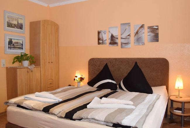 Doppelbettzimmer classic mit Nachttischen, Nachttischlampen, Telefon und Schränken