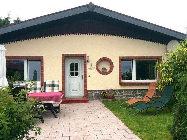 Ferienhaus 1 mit separatem Eingang, Terrasse mit Tisch und Stühlen und Relaxliegen