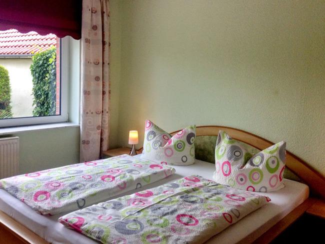 Ferienwohnung 1 - Schlafzimmer mit Doppelbett