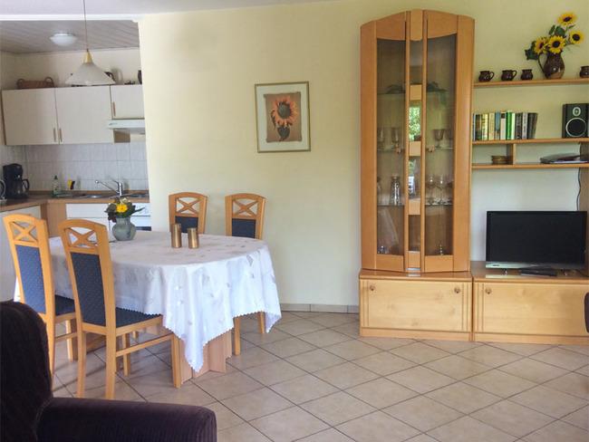 Ferienwohnung 1 - Wohn- und Esszimmer mit TV, Esstisch und Küchenzeile