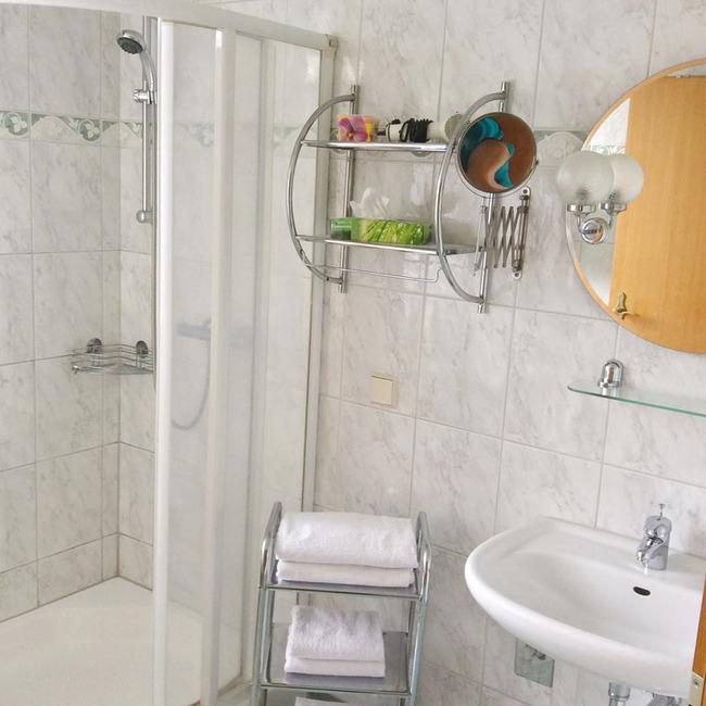 Ferienwohnung 2 - Badezimmer mit Fenster, Dusche, WC und Waschbecken, Fön und Kosmetikspiegel