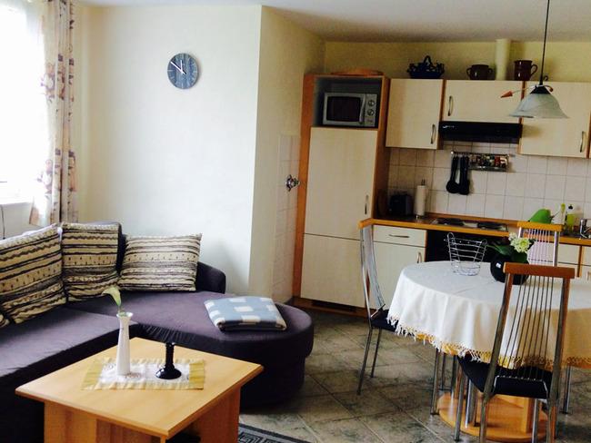 Ferienwohnung 2 - Wohn- und Esszimmer mit Sitzecke, Küchenzeile und Esstisch