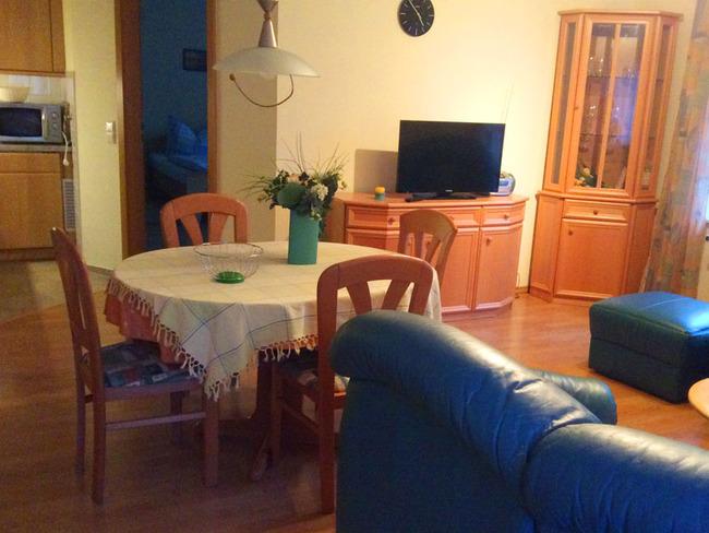 Ferienwohnung 4 - Wohn- und Esszimmer mit Eckledergarnitur, TV, Esstisch und Küchenzeile