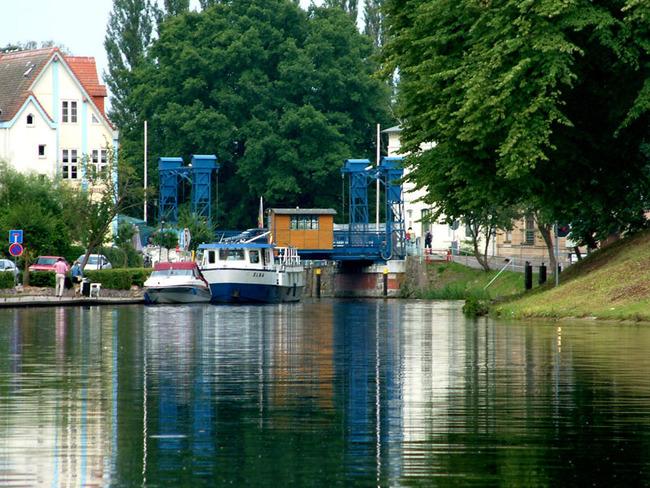 stählerne Hubbrücke im Zentrum der Stadt Plau am See