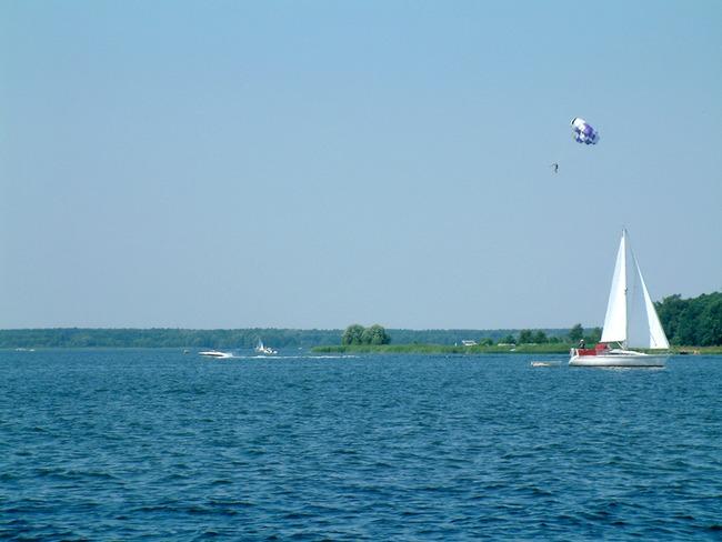 Parasailing und Boote auf dem Plauer See