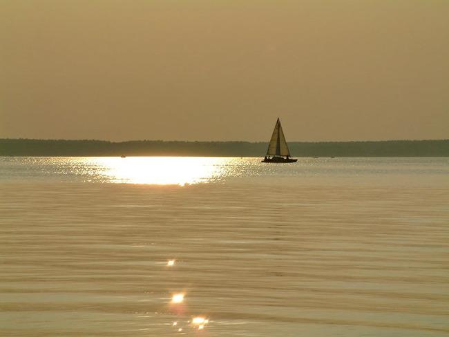 Segelboot im Sonnuntergang über dem Plauer See