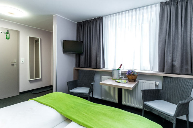 Doppelzimmer mit Sitzecke und Ferneher