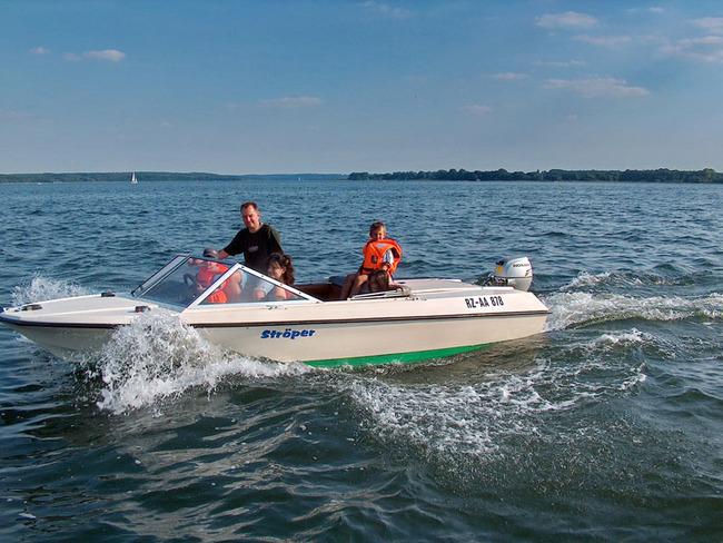 Familie mit einem Motorboot auf den Plauer See