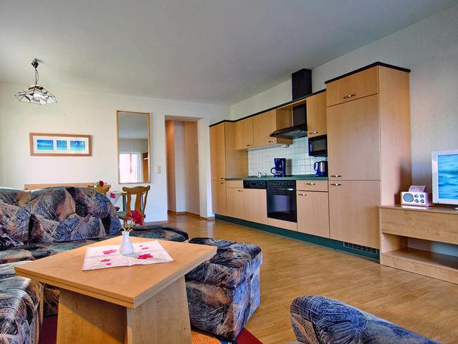 Ferienwohnung - Wohnzimmer mit Sitzecke, Essbereich und exklusiver Küche