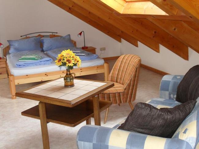 Ferienhaus Ulrike - Schlafzimmer mit Doppelbett und Sitzecke