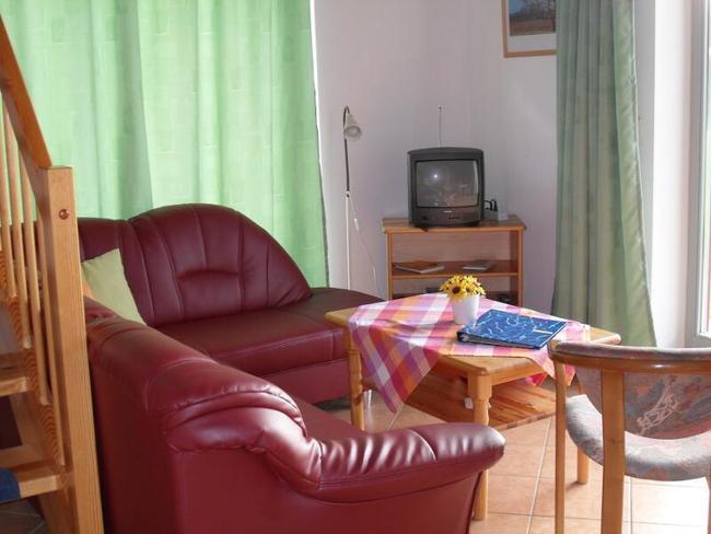 Ferienhaus Ulrike - Wohnzimmer mit Couchecke und TV