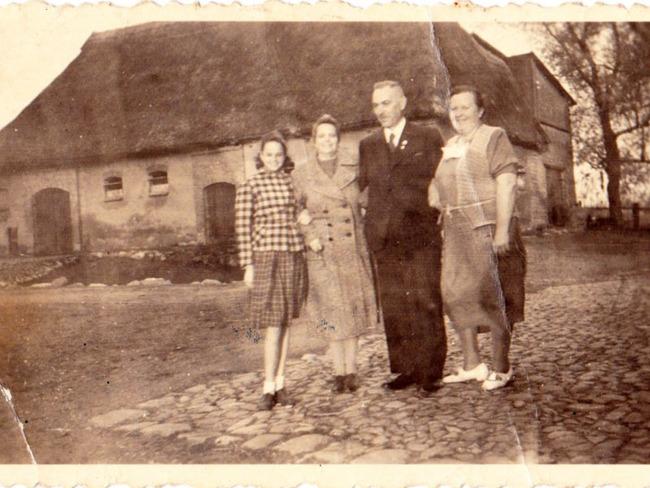 Altes Foto von der Bauernfamilie mit Hof