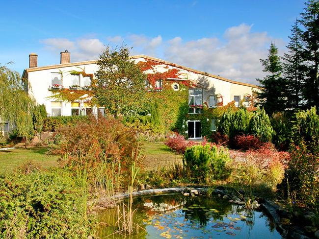 Blick auf den Reiterhof Mietz mit Teich und Garten