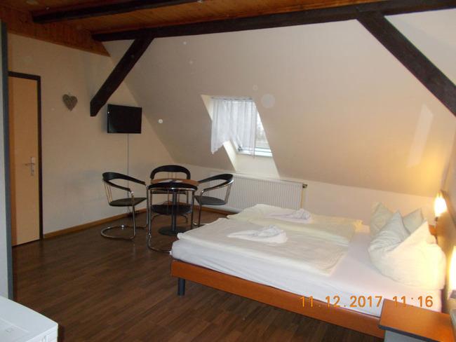 Wohnraum mit Doppelbett und Tisch