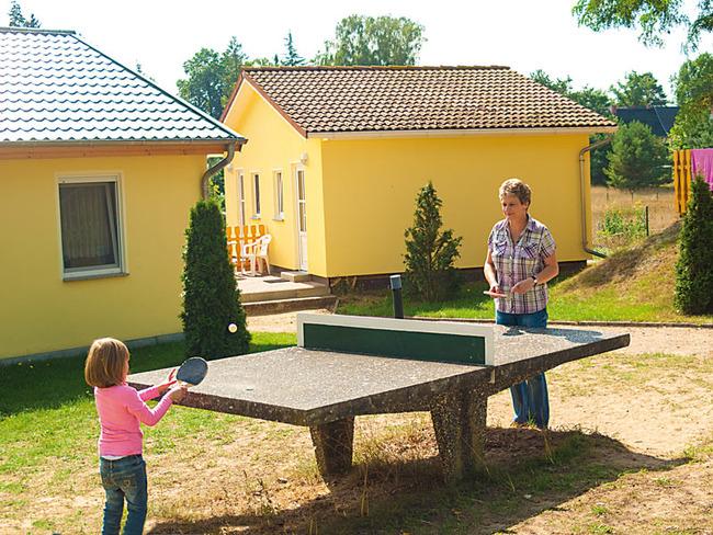 Mädchen und Frau beim Tischtennis spielen