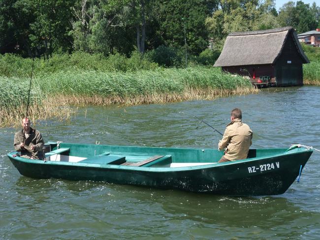 Angler im Motorboot auf dem See