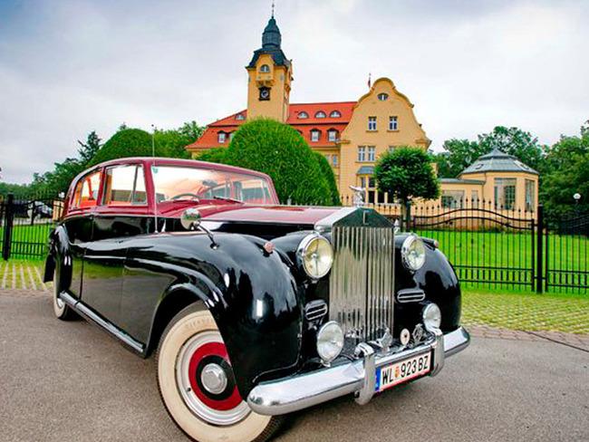 Oldtimer vor dem Schlosshotel