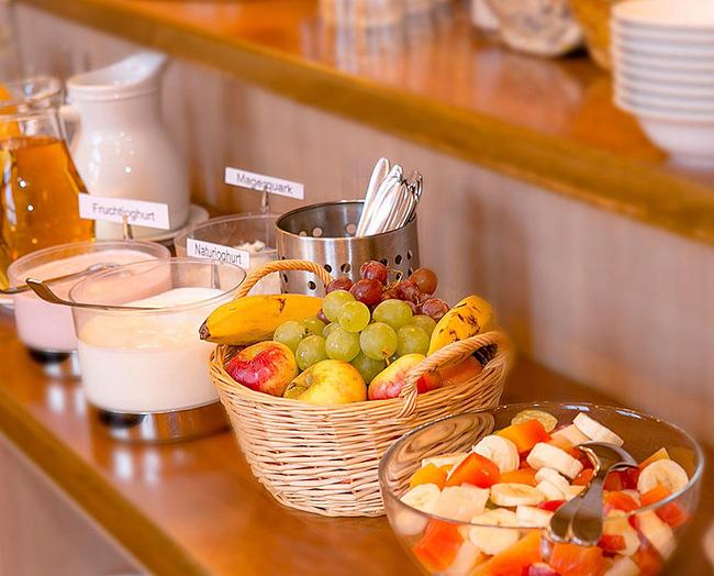 Frühstückbufett mit Obst und Joghurt