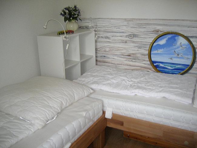 kleines Schlafzimmer im Erdgeschoss mit zwei Einzelbetten