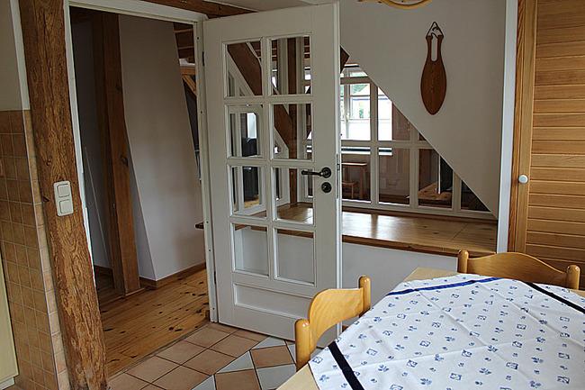 Appartement IV - Esstisch und Tür zum Wohnraum