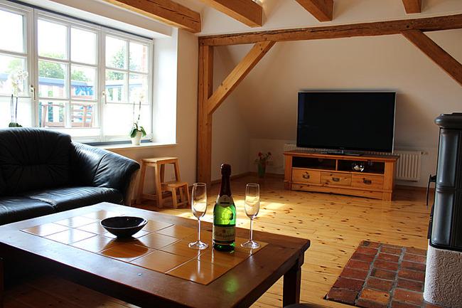 Appartement IV - Wohnraum mit Couchecke und TV