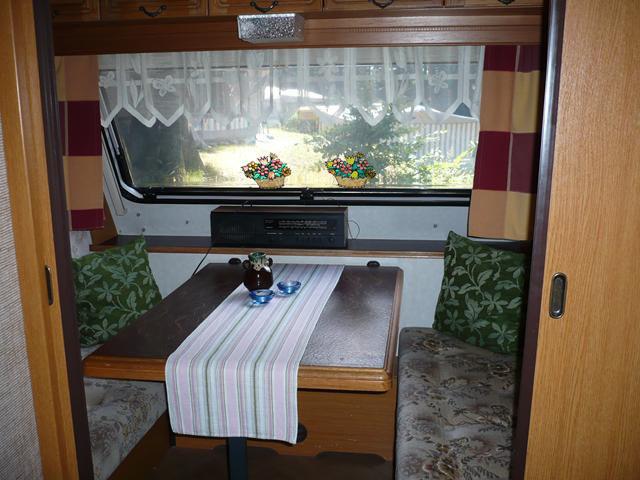 Essplatz im kleinen Wohnwagen