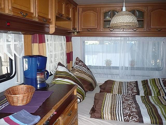 Doppelbett im kleinen Wohnwagen