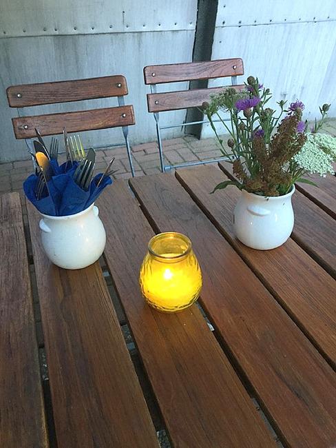 dekorierter Tisch im Biergarten