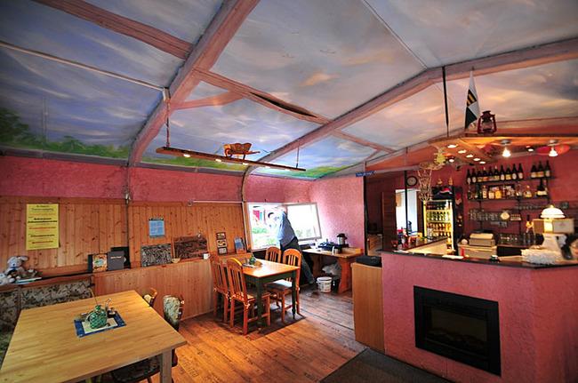 Tresen und Tische in der Gaststätte Spechthöhle