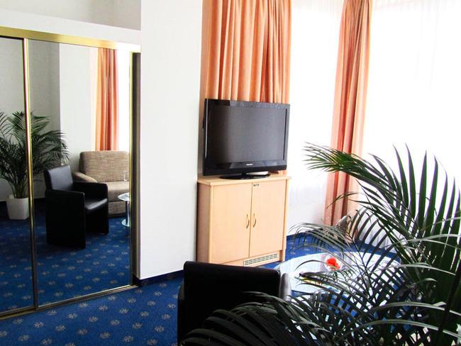 Zimmer mit Fernseher und Kleiderschrank