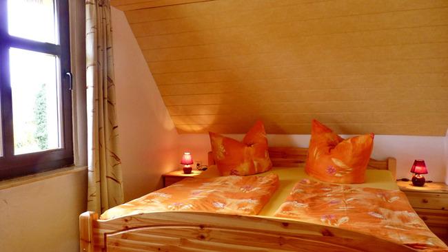 Doppelbett in einer Ferienwohnung