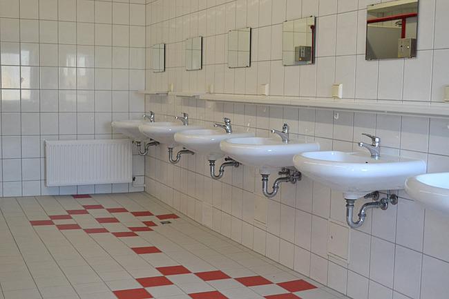moderne Sanitäreinrichtung mit Waschraum