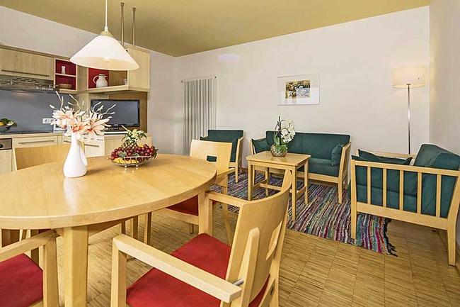 offene Küche mit Esstisch und Sitzecke