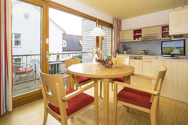 offene Küche mit Zugang zum Balkon