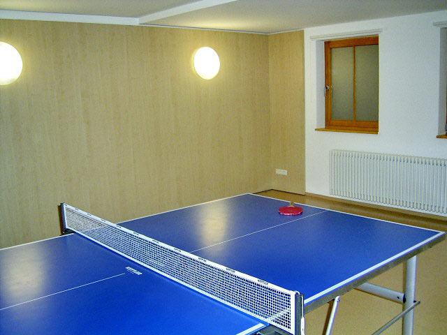 Raum mit Tischtennisplatte