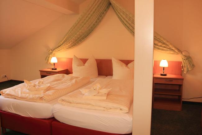 Doppelbett mit Himmeldekoration
