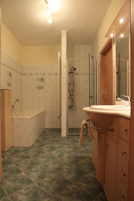 Appartement: Dusche und Badewanne