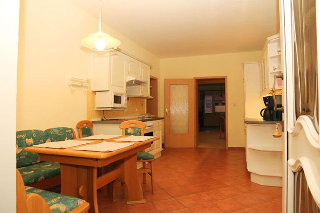 Appartement: Küche mit Esstisch