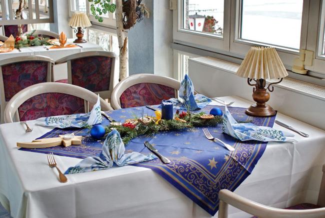weihnachtlich gedeckter Tisch
