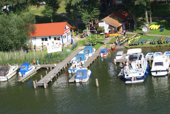 Blick auf den Bootsverleih am Mirower See