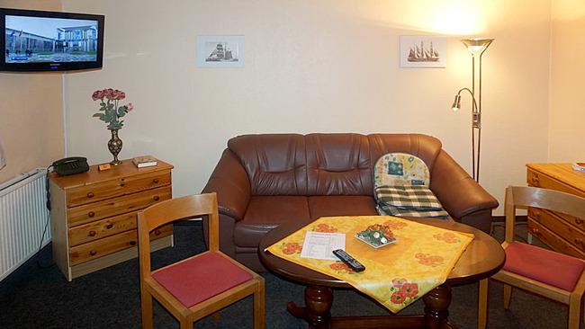 Appartement 1 - Wohnraum mit Couch und TV