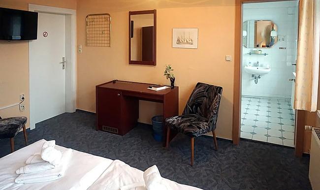 Zimmer 3 - Wohnraum mit Bett, Schreibtisch und TV