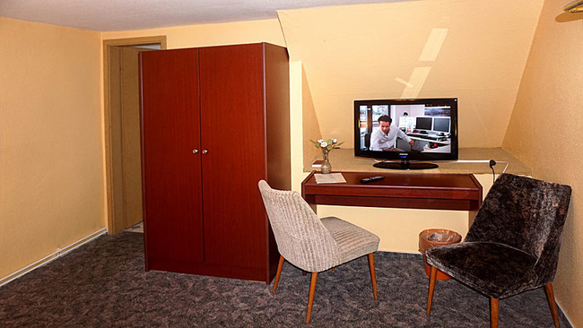 Zimmer 5 mit Schreibtisch und TV