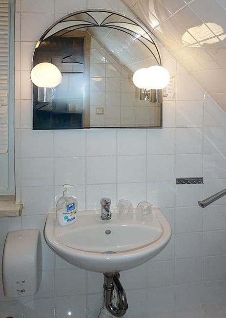 Zimmer 8 im Dachgeschoss - Bad