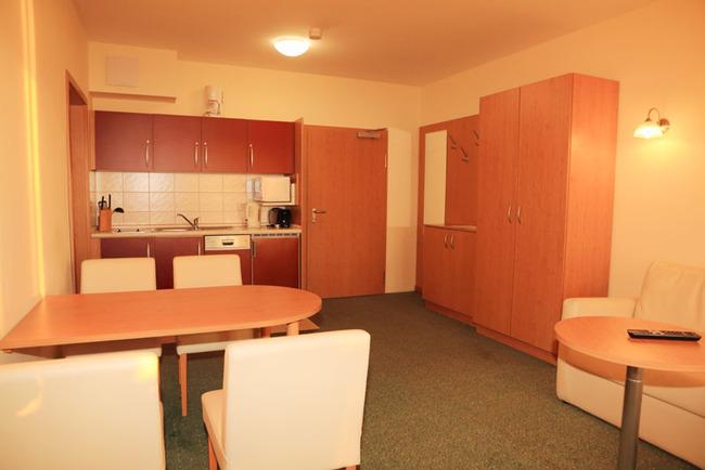 Küche mit Esstisch im behindertengerechten Doppelzimmer