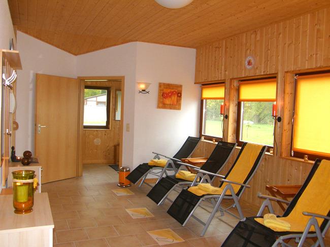 Ruheraum der Sauna mit Liegen