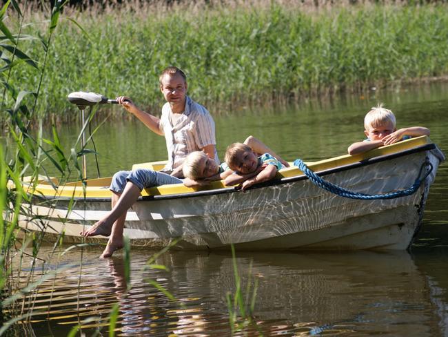 Motorboot mit Kindern