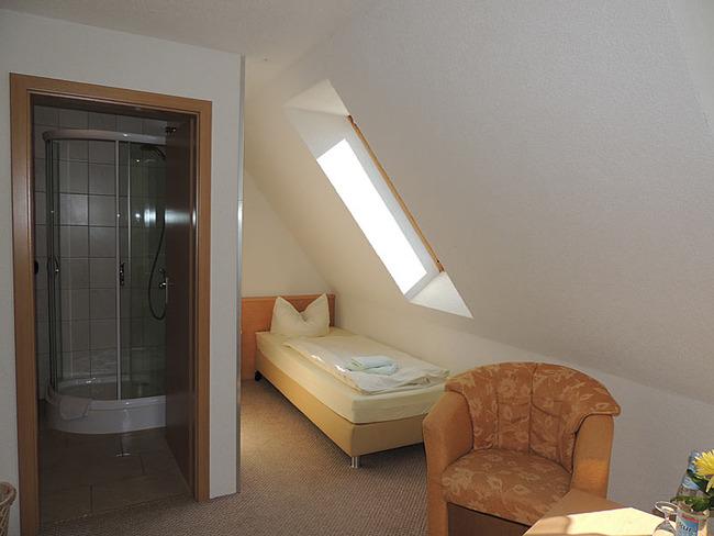 Einzelzimmer 11 Bett und Sessel