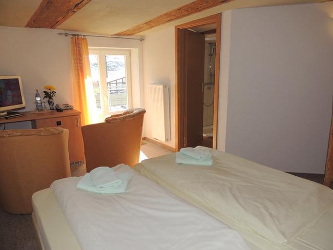 Doppelzimmer 5 mit Bett und Sitzecke