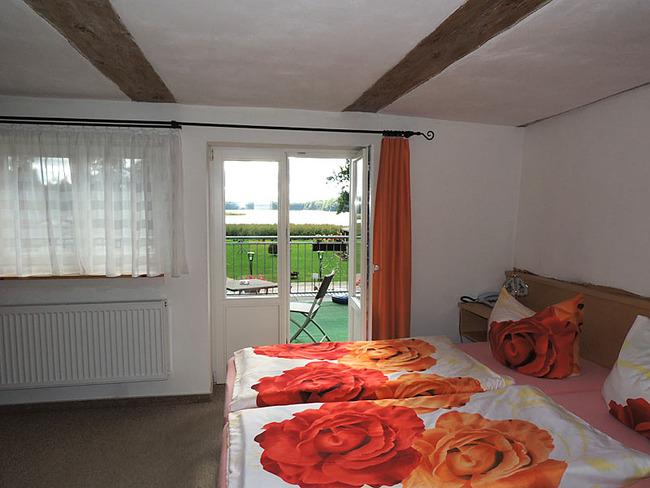 Doppelzimmer 6 mit Tür zur Terrasse